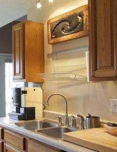 Escorredor de pratos na parede: Liberando a bancada! Kitchen Cabinets Decor, Kitchen Dining, Small Apartment Storage, Cocinas Kitchen, Apartment Makeover, Condo Decorating, Diy Kitchen Storage, Kitchen Models, Updated Kitchen