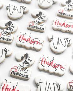 Mickey Mouse Birthday Theme, 2nd Birthday Party For Girl, Mickey Party, Mickey Mouse Cookies, Disney Cookies, Minnie Y Daisy, Disney Desserts, Birthday Cookies, 1st Birthdays