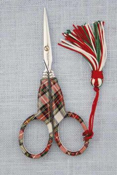 Tante S!fr@ loves this pin Tartan scissors Tante S!fr@ loves this pin Tartan scissors Mode Tartan, Tartan Kilt, Scottish Plaid, Scottish Tartans, Scottish Kilts, Tweed, Tartan Christmas, Embroidery Scissors, Sewing Scissors