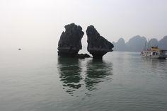 Trong Mai Islet in Ha Long Bay : 하롱베이 트롱 마이 아일릿(islet, 섬). 일명  '싸우는 닭'(Ga Choi Islet, rock of 'the fighting cocks') 또는 '키스하는 닭(the kissing cocks)' '키스바위'