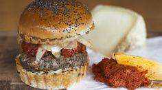 Spanish Burger: Sobrasada, queso manchego, cebolla caramelizada y nuestra salsa de miel y mostaza.