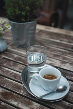 Coffee isn't always the best choice for some people. Here are 5 healthy coffee alternatives for a morning pick me up. Espresso Coffee, Coffee Cups, Free Food Images, Coffee Benefits, Balanced Diet, Wooden Tables, International Recipes, Grain Free, Real Food Recipes