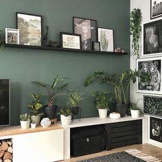 """🌿Bojoura on Instagram: """"~Go Wild~🌿 Ff 2 plankjes opgehangen vandaag. :)) Gezellig of niet dan!😜 Fijne avond! 😘 ———————————— . . #livingroomdecor #groenemuur…""""#avond #bojoura #dan #fijne #gezellig #groenemuur #instagram #livingroomdecor #niet #opgehangen #plankjes #vandaag #wild Living Room Green, Green Rooms, New Living Room, Home And Living, Decor Room, Living Room Decor, Bedroom Decor, Home Decor, Living Room Designs"""