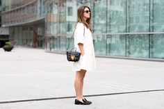 clochet-streetstyle-outfit-sushi-tiny-bag-stories-white-dress-zara-loafers-4.jpg (1200×800)