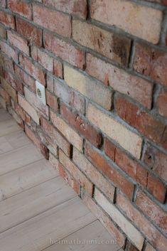 Eine uralte Backsteinwand in einem neuen Haus - so geht´s! - HEIMATBAUM Brick Tile Backsplash, Brick Tiles, Interior Architecture, Interior Design, Live In Style, Bathroom Renos, Wall Sculptures, Siena, Wall Design
