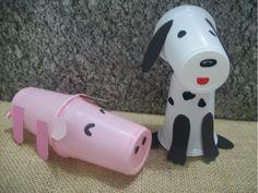 Porco e cão feitos com copos de plástico