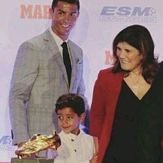 """Dialogo entre Cristiano Jr y su abuela en la previa de la cuarta bota de oro: -Cristiano Jr: """"Messi tiene cinco... cuatro..."""". Dolores: """"No quiero saber de Messi"""". -Cristiano Jr: """"Tiene cuatro?"""".Dolores: """"Tu papá tiene 3 Balones de Oro y 4 Botas de Oro"""". -Cristiano Jr: """"Okay"""". Dolores: """"Okay""""."""