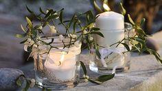 O magickou atmosféru večera se postarají skleněné svícny ovázané krajkovou stužkou, za kterou byly vsunuty krátce střižené výhonky jmelí.