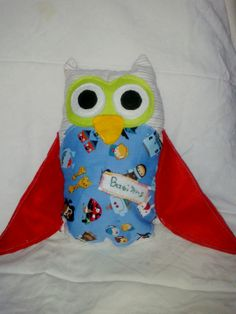 It's made by cotton fabric and felt details and a name detail of the owner. Owl Pillow, Owls, Cotton Fabric, Pillows, Detail, Unique, Handmade, Hand Made, Owl Pillows