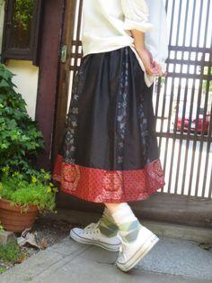 着物リメイク☆夏の黒がおしゃれなアンティーク大島紬♪裾に赤がキュート77㎝丈 - 西垣洋子