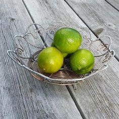 Fruktkorg/ skål full med hjärtan 😊Fruitbasket with hearts #trådslöjd#trådarbete #luffarslöjd #trådkonst #hantverk #fruktkorg #fruktfat #hjärtan #metalltråd #najtråd #bruksföremål #handmade#ironwire #wirework #craft #wirecraft #wireart #metalart #fruitbasket #hearts Image, Instagram