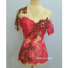 Asymmetrical embroidery on modern kebaya Daily Fashion, Women's Fashion, Fashion Outfits, Fashion Design, Modern Kebaya, Kebaya Brokat, Fancy Gowns, Dan, Embroidery
