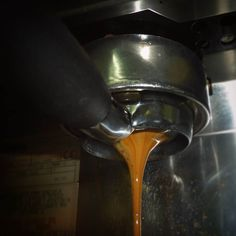 A R O M A  D I  C A F F  É  . De #AromaDiCaffé con amor... . Sabor caramelizado cuerpo firme y suaves notas a maderas extracción en #FiltroDesnudo.    . #AromaDiCaffé#MomentosAroma#SaboresAroma#Café#Caracas#Tostado#Coffee#CooffeeTime#CoffeeBreak#CoffeeMoments#CoffeeAdicts#MeetTheBarista#Espresso#Cappuccino#Americano