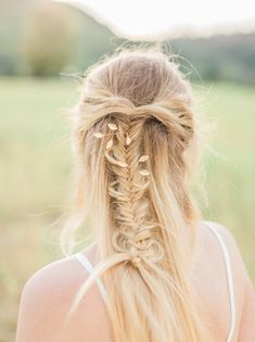 20 Beautiful Botanical & Floral Bridal Hair Accessories | SouthBound Bride www.southboundbride.com/20-botanical-floral-bridal-hairpieces  Pictured: Isobel Gold Leaf Pins by Shop Chic Shack
