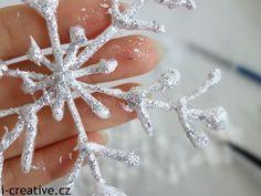 sněhová vločka - tavná pistole, bílá temperka, třpitky. Na pečící papír nakreslíme vločku tavnou pistolí, po zaschnutí sloupneme z pečíc. papíru a přetřeme vrstvou bílé tempery do které než zaschne nasypeme třpitky. Christmas Decorations, Christmas Ornaments, Holiday Decor, Winter Crafts For Kids, All Things Christmas, Xmas, Homemade, Crafty, Winter