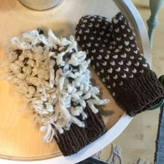 Lapanen käännettynä nurinpäin ja lapanen päältä päin. Knitting Socks, Knit Socks, Opi, Mittens, Diy And Crafts, Google, Fashion, Moda, Fashion Styles