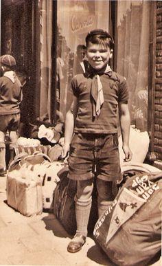 Niederländischer Pfadfinder mit Seesack,  bereit zum Lager zu wandern. --- Padvinder met plunjezak klaar voor vertrek naar een kamp.