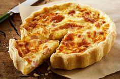 Pas besoin d'aller dans une auberge huppée pour savourer une bonne quiche maison. Il suffit d'avoir sous la main de la pâte feuilletée, du fromage crémeux, des œufs et du bacon. Vos proches vous demanderont assurément la recette!