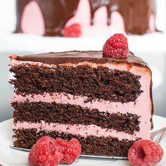 Ich finde den Look von über den Rand der Torte laufender Ganache total toll. Und bei dieser leckeren Schoko-Himbeer-Torte sieht die Ganache im Kontrast zu dem hübschen Rosa der Himbeer-Swiss-Mering…