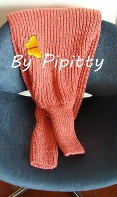 Mais um cachecol com mangas saindo da agulha. A receita deste cachecol já está publicada neste blog em http://bypipitty.blogspot.com.br/20...