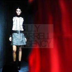 défilé de mode avec des mannequins virtuels