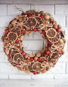 A natural Christmas wreath will decorate your front door! Natural Christmas, Christmas Makes, Rustic Christmas, Christmas Art, Christmas Holidays, Christmas Wreaths, Christmas Ornaments, Handmade Christmas Decorations, Xmas Decorations