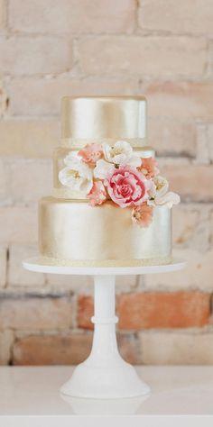 Mais belos e inspiradores bolos de casamento de todo o mundo. Bolos em camadas clássicos, bolos das ultimas tendências, classicos, modernos, florais, simples e rústicos. Diferenciados projetos cria…