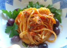 Spaghetti con tonno sott'olio,saltati in padella.