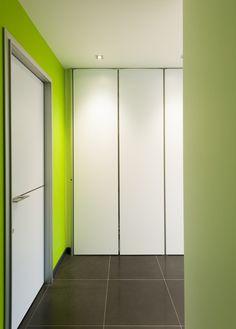 Moderne binnendeuren en inbouwkasten op maat. In deze nieuwe realisatie werd gekozen voor een compleet strak en clean uitzicht, met een witte afwerking voor zowel de binnendeuren als inbouwkasten o…