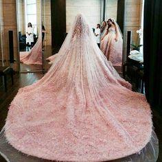 La Vie en rose Wedding dress : Elie saab @eliesaabworld. Photographer : candid image