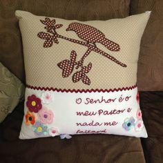Passarinho - Almofadas Patchwork - Quem ai ama Passarinhos? Linda composição, confeccionado com tecidos 100% algodão e bordados feito à mão, com aplicação de belíssima flores em crochê.