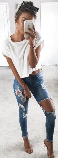 Hola chicas, bueno tenemos un jean rasgado (a tu gusto), una blusa blanca (suelta), unos zapatos altos color dorado (o rosado). Los accesorios y el peinado los puedes elegir tu, pero se vería mejor como los de la imagen