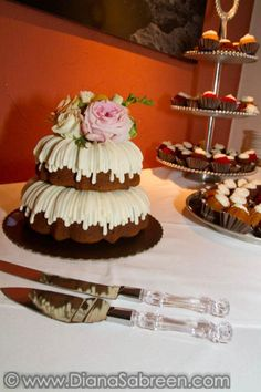 Wedding bundt cakes | bitty bundts | Table Mountain Inn, Golden, Colorado | www.storytellersevents.com