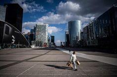 Quartiere di La Défense a Parigi Foto di Martin BUREAU / AFP Photography Collage, Wuhan, Nairobi, Venice Beach, Westminster, Singapore, New York Skyline, Tokyo, Santiago