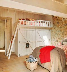 wnętrza, styl rustykalny, styl wiejski, kamienna ściana, stare meble, antyki, drewniane belki, białe wnętrza, sypialnia, piętrowe łóżko