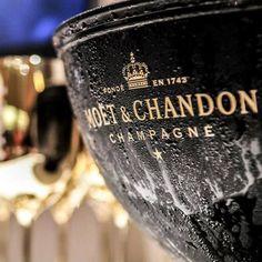 "lifeisverybeautiful: ""champagne "" Moet Chandon, Flute Champagne, Champagne Buckets, Vintage Champagne, Sparkling Wine, Wine And Spirits, Happy New Year, Whiskey Bottle, Affair"