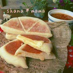 Fried bread stuffed pancakes bannocls skillet cheese stuffed オーブンなどを使って作るような手の込んだ料理が作りたい!という人って少なくないのではないでしょうか?でも、実際は面倒だったりオーブンがなくて作れないこともありますよね。そこで、そんなおもてなしメニューをフライパンで作るレシピについてたっぷりご紹介いたします♡ Asian Desserts, Asian Recipes, Healthy Recipes, Good Food, Yummy Food, Cafe Food, Burger, No Cook Meals, Brunch