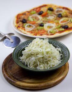Pizzasallad - ZEINAS KITCHEN Vegetarian Recipes, Snack Recipes, Cooking Recipes, Healthy Recipes, Snacks, Zeina, Scandinavian Food, Pizza, Dinner Salads