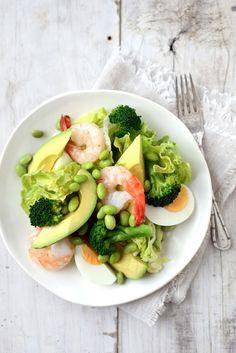 Salade composée : coeur de laitue, brocoli, fèves, avocat, œufs, crevettes, vinaigrette au sésame