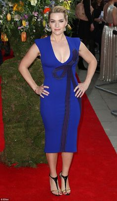 Kate Winslet revealed she nearly flashed guests at a birthday par. Kate Winslet, Kate Beckinsale, Hollywood Actress Name List, Hollywood Girls, Oscars Red Carpet Dresses, Oscar Fashion, Bollywood Actress Hot, Beautiful Celebrities, Celebrity Style