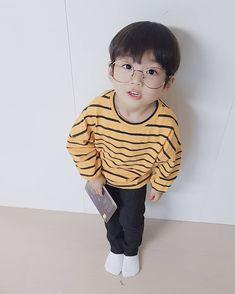Omo😆he is so cute! Cute Baby Boy, Cute Little Baby, Little Babies, Cute Boys, Little Boys, Cute Asian Babies, Korean Babies, Asian Kids, Cute Babies