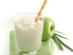 Fácil de preparar e super DELICIOSO! Ingredientes 2 xícaras (chá) de erva-cidreira fresca picada 1 lata de Leite MOÇA 3 maçãs verdes sem sementes, picadas 1 forma de gelo Modo de