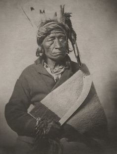 TATANKA-NAJIN (known as Standing Buffalo), hereditary chief of the Sisseton-Santee Dakotas; 1820 at Otter Tail (Minn. 1870 at Wolf Point, Montana. Native American Flute, Native American Images, Native American Wisdom, Native American Fashion, Native American Indians, American History, Indigenous Peoples Day, People Of The World, American Revolution