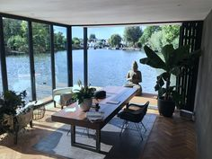 Woonboot verbouwing in de Vecht door architect Bob Ronday Houseboat Living, Boat Interior, Floating House, Modern Fireplace, Good House, Tiny House Design, Easy Home Decor, Boat Building, Architect Design