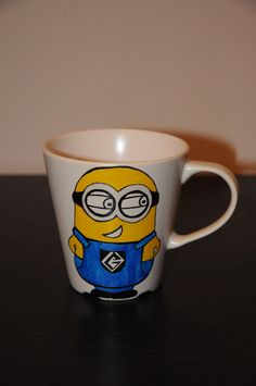 Minion Cup Ručně malovaný hrnek Minion z béžové kameniny s nápisem Banana! Omyvatelný v myčce, objem 350 ml.