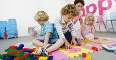 Qué aprenden los niños al jugar con bloques. Los bloques se observan en casi todas las aulas de educación infantil y en los hogares que tienen niños pequeños. Si bien puede parecer que los niños están simplemente jugando con ellos, los niños aprenden una variedad de destrezas que configuran tanto su desarrollo académico como el social. Una variedad de tamaños de bloques y formas se adaptan a ...