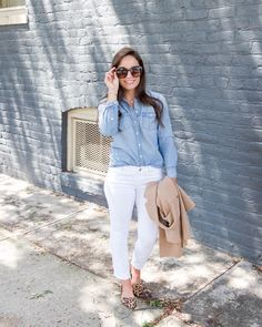 Chambray top and white denim outfit Chambray Outfit, White Jeans Outfit, Chambray Top, White Pants, Pants Outfit, Fall Outfits, Summer Outfits, Casual Outfits, Petite Fashion