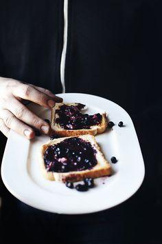 blueberries on toast | suvi kesäläinen