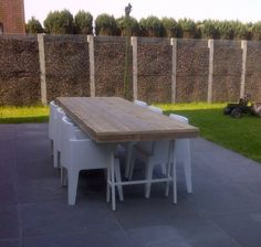 Wil je geen gewone tafel, maar liever een bijzonder exemplaar in je tuin? Een strakke en fraaie combinatie van steigerhout en staal; dat is de PURE tuintafel me