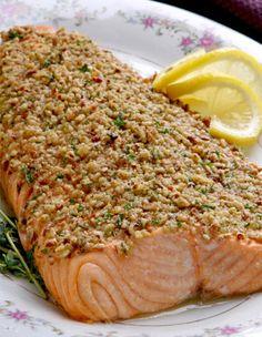 Salmón con costra  Para el salmón:  1/2 taza de harina integral migas de pan   1/2 taza de nueces trituradas  1 libra filetes de salmón  1/4 cucharadita de sal marina  1/4 cucharadita de pimienta recién molida  3 cucharadas de jugo de limón fresco